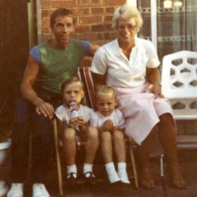 John og Barbara Huff med deres små døtre