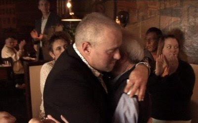Jimmy omfavner John