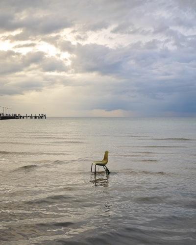 Forladt stol fanget i tidevandet