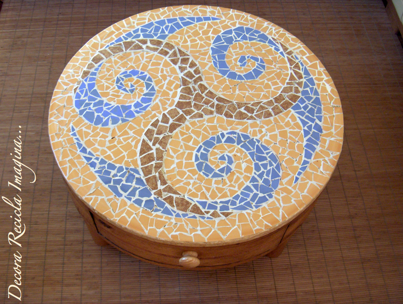 hacer un mosaico Mesa+mosaico+azulejos+