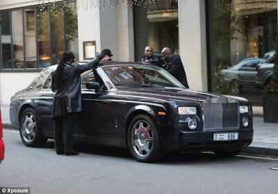 rollsroyce1 50 Cent breaks into own Rolls Royce while filming movie in London