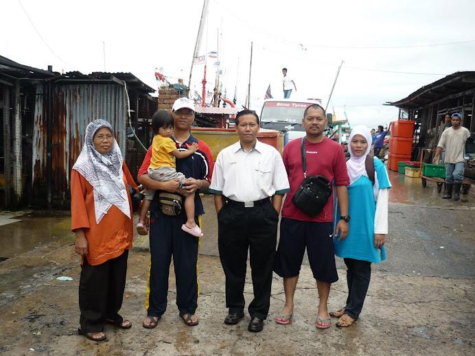 Jeti Labuan : bergambar kenangan bersama taukeh kapal nelayan laut dalam.