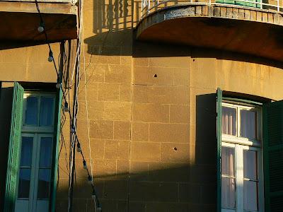 Imagini Cipru: urme de gloante in cladiri pe Linia Verde Nicosia