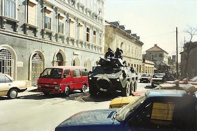 Imagini Bosnia: tancuri SFOR pe strazile orasului Mostar