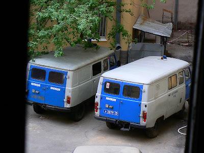 Cazare Rusia: Hostel Zimmer cu militia rusa in curte