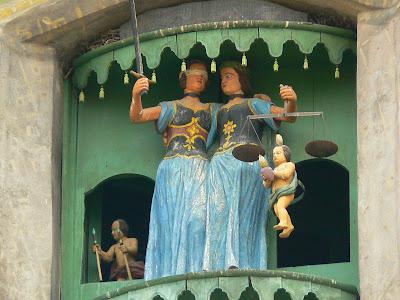 Imagini Romania: statuia Justitiei Turnul cu Ceas Sighisoara