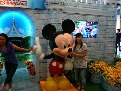 Imagini Hong Kong: Mickey Mouse din Victoria Peak Mall va invita la Disneyland