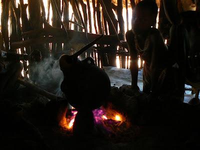 Imagini Etiopia: cafea pe foc intr-o coliba hamer