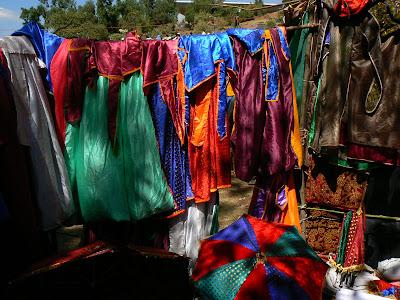 Imagini Etiopia: haine preotesti de vanzare in Lalibela
