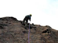 Jean-Henri d'Aullène descend en rappel le rocher de la Tana, Corse du Sud