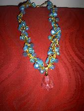 """Colar """"Dalva"""" em contas, fio dourado e pingente de cristal azul"""