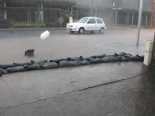 Rue qui devient torrent lorsqu'il pleut - les riverains se protègent des inondations avec des sacs