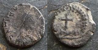 AE4 de Teodosio II?. Cruz dentro de láurea Teo+II+1