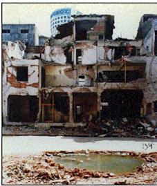La mejor imagen del blog. El cráter que dejó el coche bomba en la Embajada de Israel en Argentina