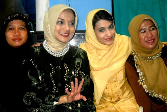 Yasmin Shahnaz Hasan dan Marissa Haque dalam Kelompok Perempuan Aisyiah Lamsel, 2010