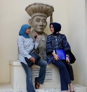 Elis Anis & Marissa Haque Bercengkrama di Halaman Fakultas Hukum UGM, Yogyakarta