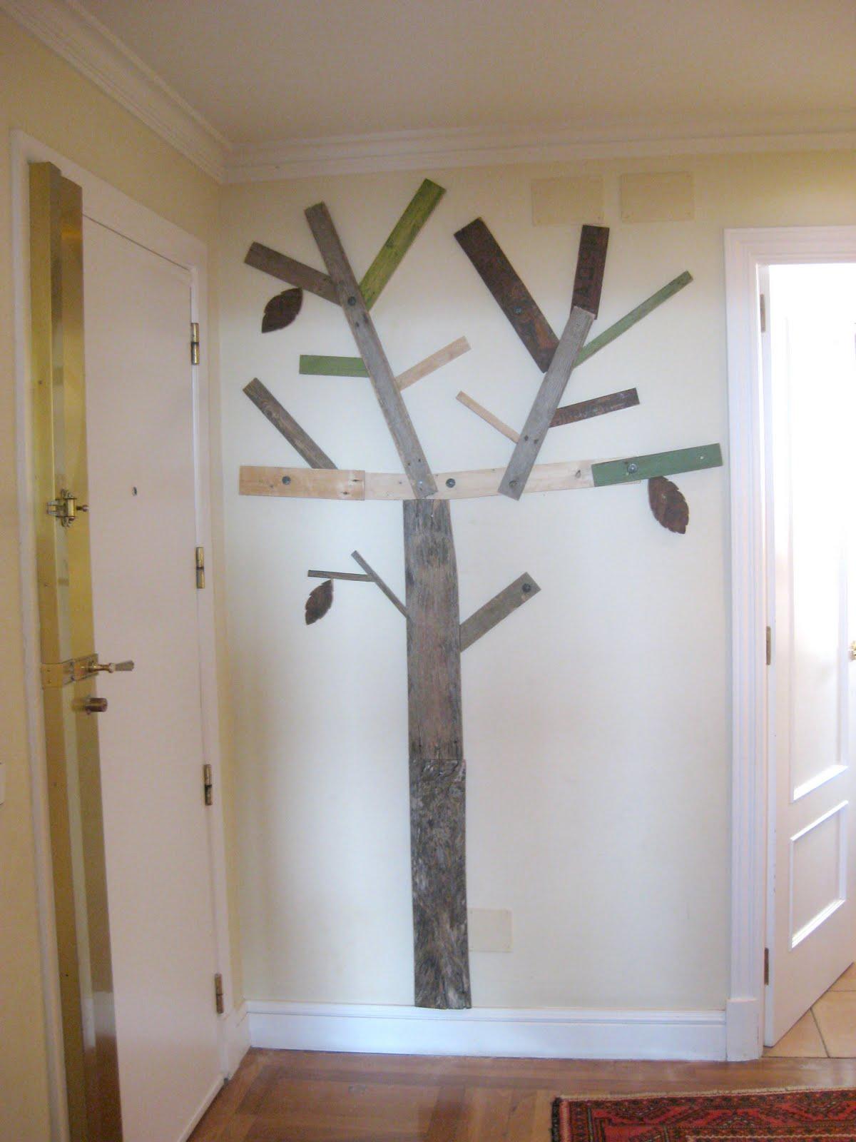 segn encargo realizado por el cliente realizamos una escultura con forma de arbol que al mismo tiempo sirve de perchero materiales reciclados y tratados