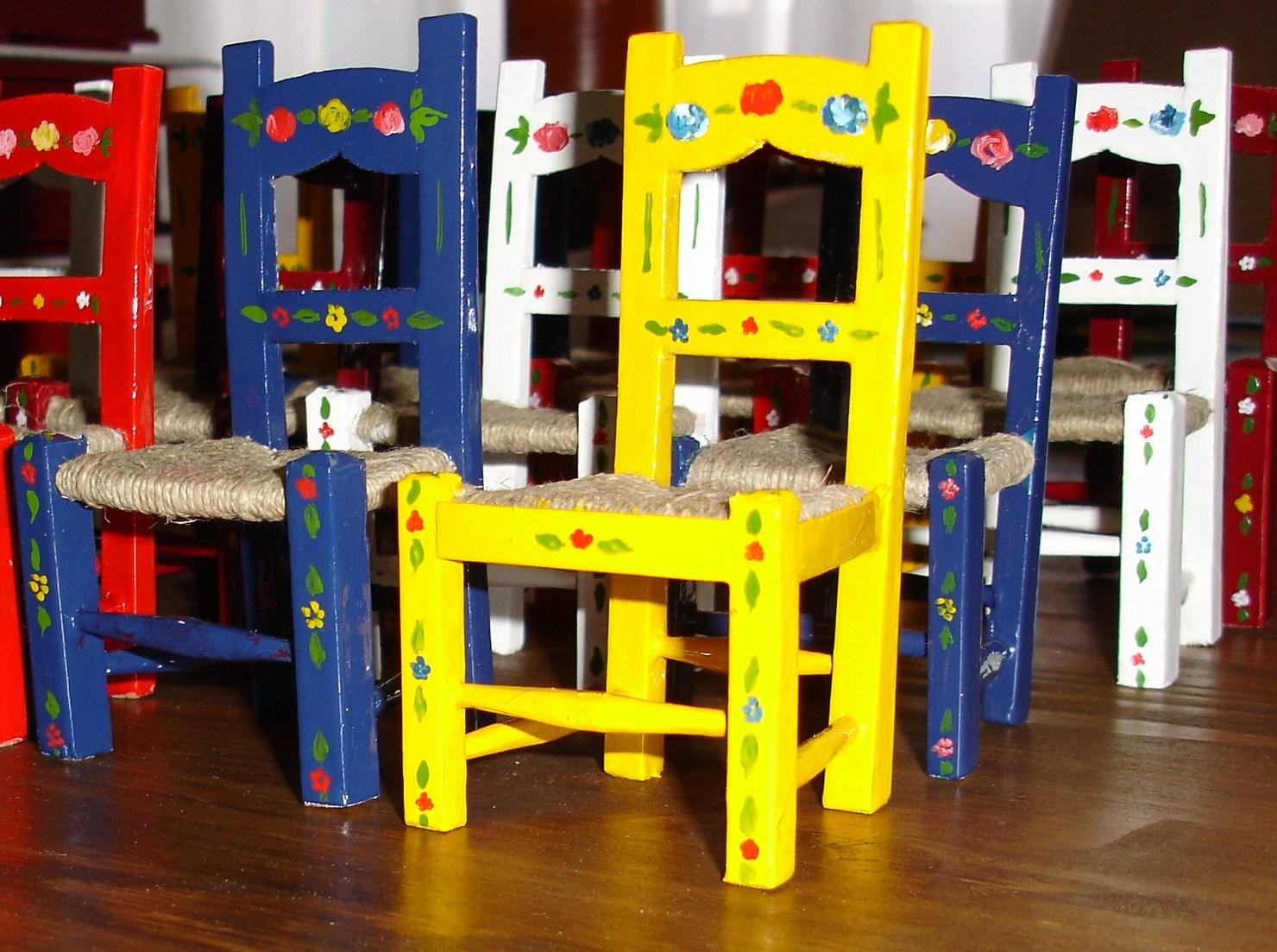 Janelas do Alentejo: Cadeiras típicas alentejanas em miniatura  #C7BD04 1480x1103