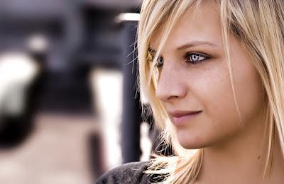Frauenportrait - junge Frau mit blonden Haaren und blauen Augen