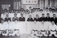 Funakoshi y Giei Funakoshi a su izquierda.