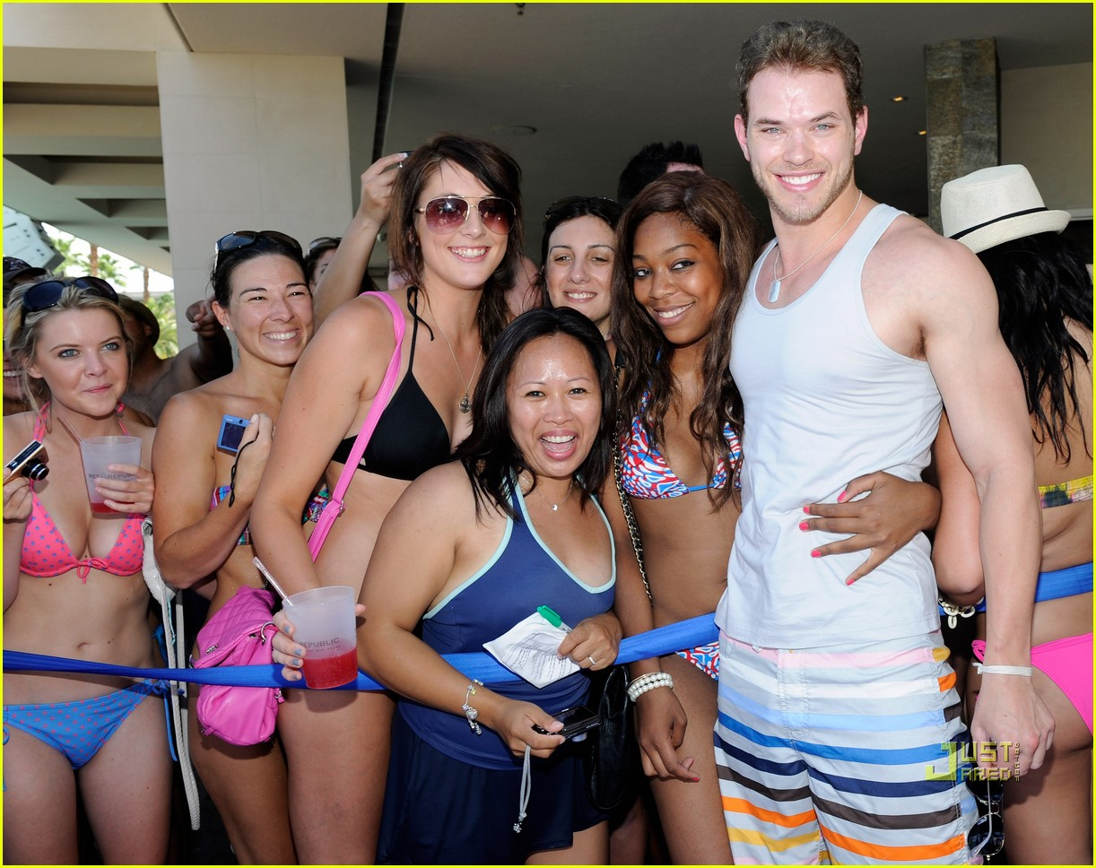 http://2.bp.blogspot.com/_EFWNErFYa6A/TELJ1IE9GOI/AAAAAAAAAnc/kPNIaFXbTgk/s1600/annalynne-mccord-birthday-pool-party-kellan-lutz-26.jpg