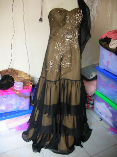 Gaun Pesta Sifon tumpuk dan Payet Gambar di bahan polos.