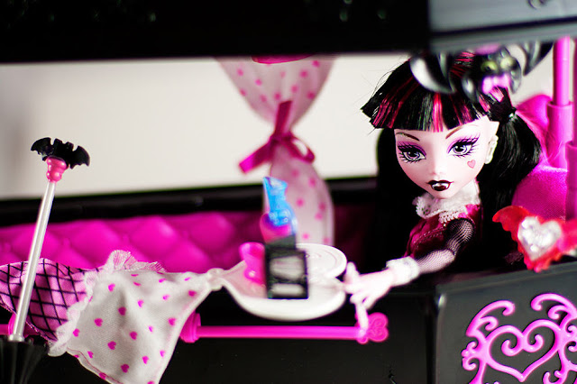 Monster High Dolls Lovers Get Pink Bed For Draculaura Pink Dolls