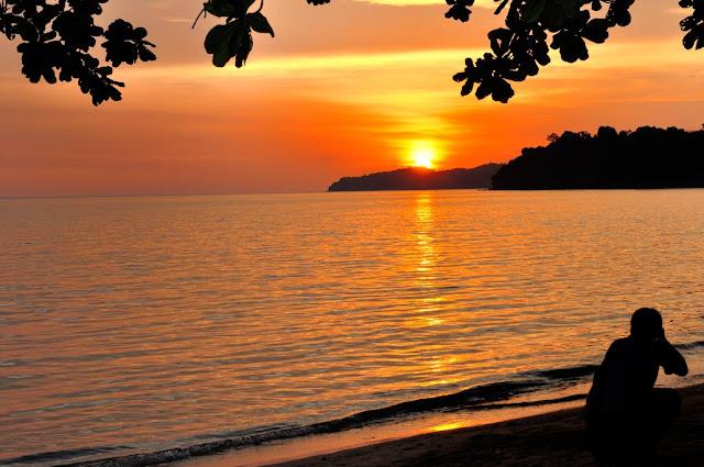 http://2.bp.blogspot.com/_ERGrznxTIwo/S0nh4wVjf9I/AAAAAAAAX5M/WGLok7x62yc/s640/Sunset+at+Penang+Teluk+Gombar+Beach.jpg