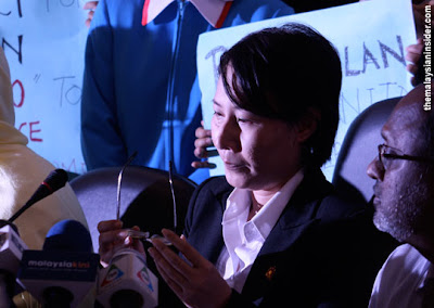 tearfull Elizabeth Wong offered to resign over so-called nude photos scandal
