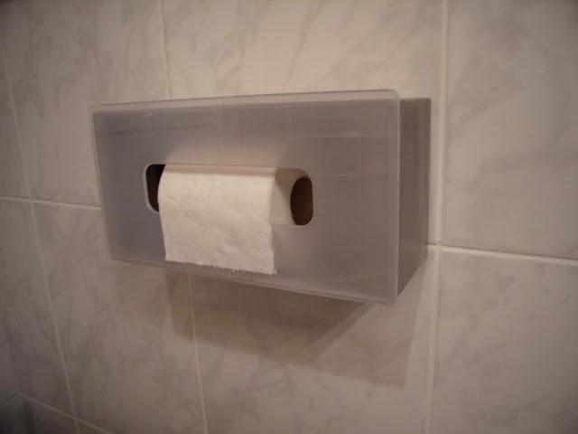 Cómo utilizar una caja de servilletas como portarrollos de baño. Ten el papel higiénico a salvo de los gatos juguetones.