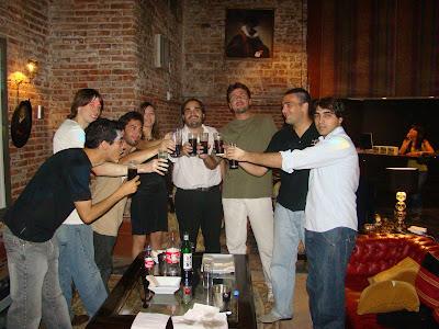 grupo de amigos tomando fernet en el loft de 1882