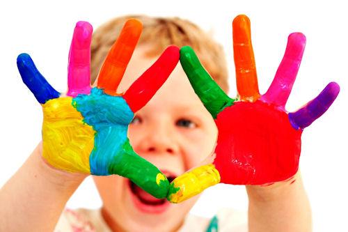 Manos con dedos de colores