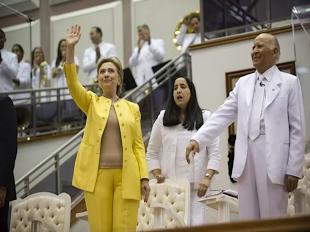 Hillary  Clinton con congregación Mita.
