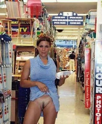 женщина без трусов в магазине