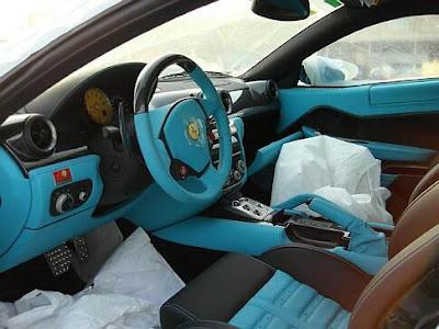 Ferrari azul-turquesa