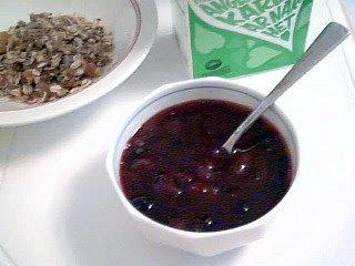 Blandad bärsylt med jordgubbar, svarta vinbär och rabarber