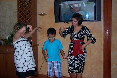 Dani bailando con sus titas en la fiesta
