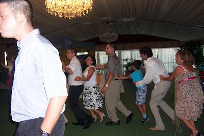 Dani con Fali bailando la conga con todos los invitados
