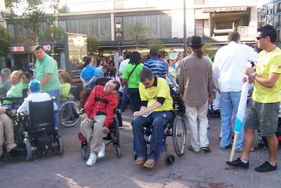 personas con diversidad esperando al comienza de la marcha