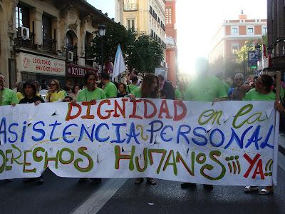 pancarta que dice:dignidad en la asistencia personal, derechos humanos ¡ya!