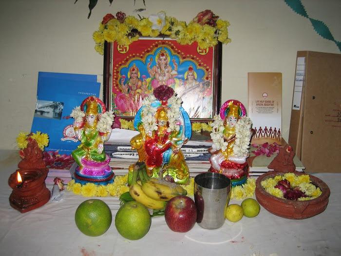 Der Altar mit den Opfergaben