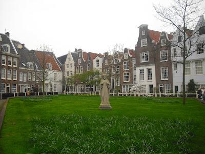 ABSURDA CAMPANILLA  Amsterdam Y Alrededores
