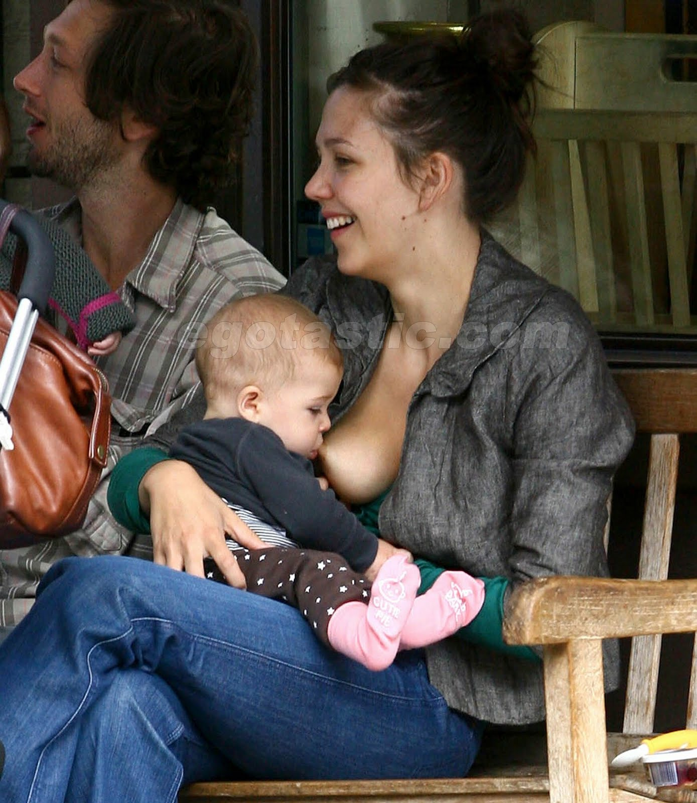 http://2.bp.blogspot.com/_EmGL4XBULEA/TDODUNc0K5I/AAAAAAAAAMQ/38e5o82ieDA/s1600/maggie-gyllenhaal-breast-feeding-01.jpg