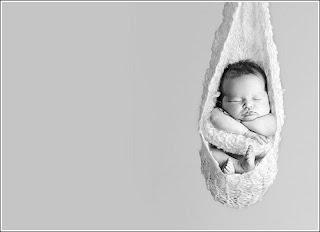 Малыш спит в детском гамаке
