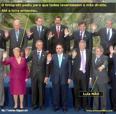 E o nosso presidente, levanta a mão errada. Dale Lula!!!