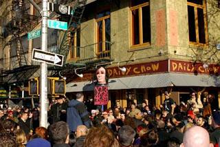 lange rij tot voorbij de hoek voor de Ramones in CBGB's