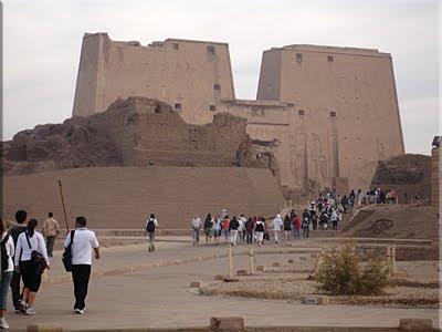 Seguimos a Walid y su bastón coronado con un Ankh o Anj, figura del jeroglífico egipcio que significa 'vida'