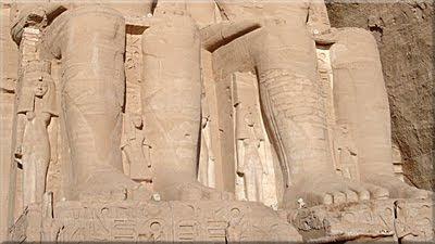 Los súbditos a los pies de Ramsés II