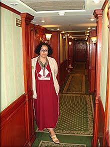 Vestida con chilaba, junto al camarote.