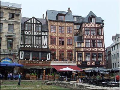 Casas de adobe y traviesas de madera en la Plaza del Mercado